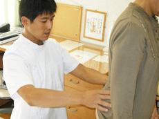 治療前の痛みの具合や骨の状態を実際に触れて確認します。