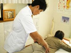当院の治療はすべて手で行います。機械や針は一切使用しません。 座位・伏臥位・側臥位など、症状や患者様の痛みの具合によって、最適な体位かつ最良な方法を用いて施術します。 あんま・マッサージ・指圧師の国家資格および※MRO(J)を有しておりますので、安心してお任せください。 京都府長岡京市にある【木和治療院(きわちりょういん)】の治療はオステオパシーの理論に基づいた施術で、肩こり・腰痛・坐骨神経痛を治療!※MRO(J)…Member Of the Register of Osteopaths(Japan)日本オステオパシー連合が認可する、オステオパシー治療の施術者