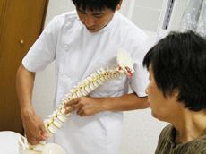 治療中随時、患者様の骨の状態や治療の内容について、分かりやすくご説明いたします。不安や疑問はいつでもご遠慮なくおっしゃってください。